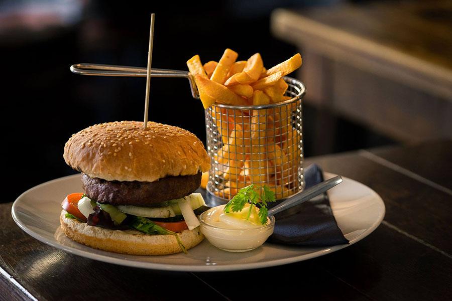 Het Wapen van Tilburg - hamburger met friet