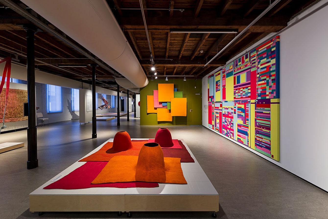TextielMuseum - kleur en abstractie - Tilburg - 013 Straatjes - foto door Josefina Eikenaar